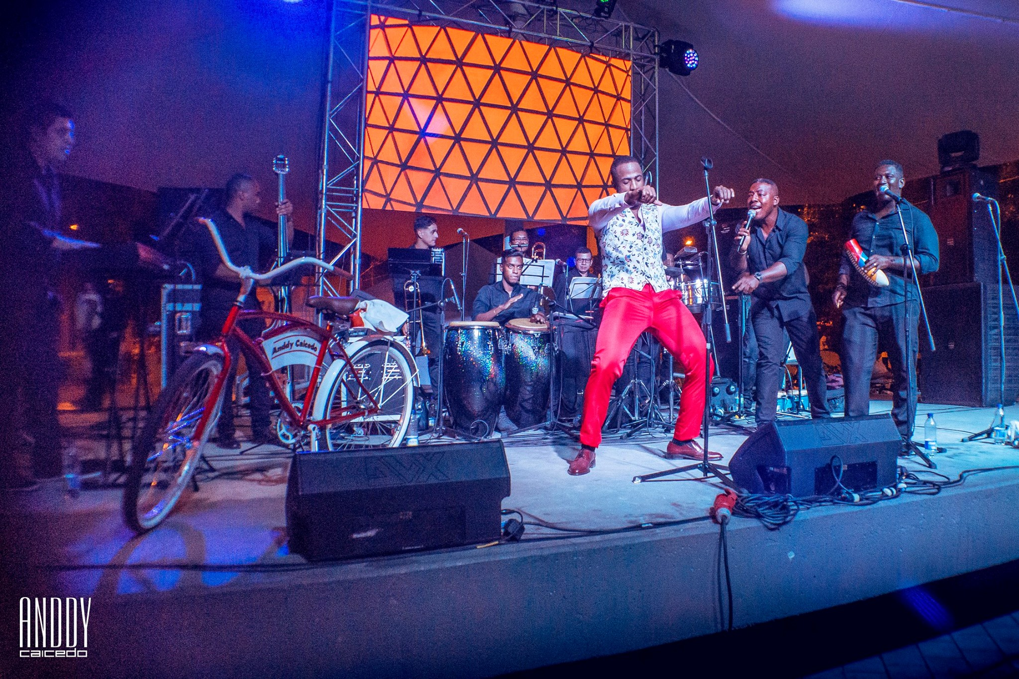 Anddy Caicedo y su grupo de salsa en vivo